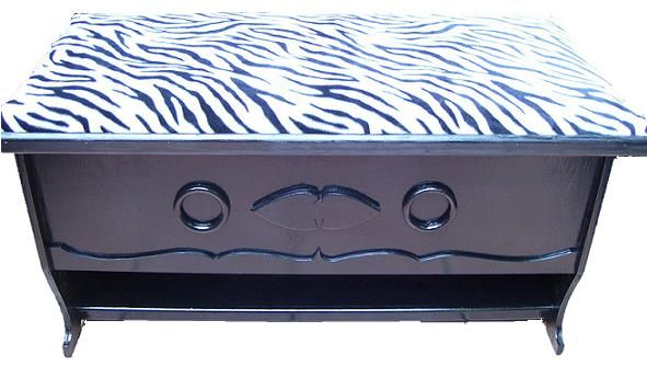CLAF - Linda Banca Baul Animal Print Cebra (COD 588 - Banca Baul) Fabricada en madera terciada lisa, pintada color negro, barnizada. Tapiz acolchado diseño animal print Soporta más de 120 kg. Medidas: - Frente: 83 cm - Ancho: 36 cm - Alto: 42 cm Precio: $ 28.000 www.claf.cl