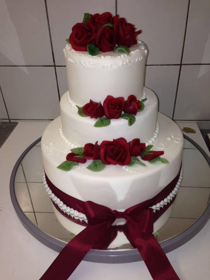 Rot ist die Farbe der Liebe, auch wenn es um Hochzeitstorten geht. #food #torte #essen #bäckerei #backery #maguat #baker #dessert #hochzeit #wedding