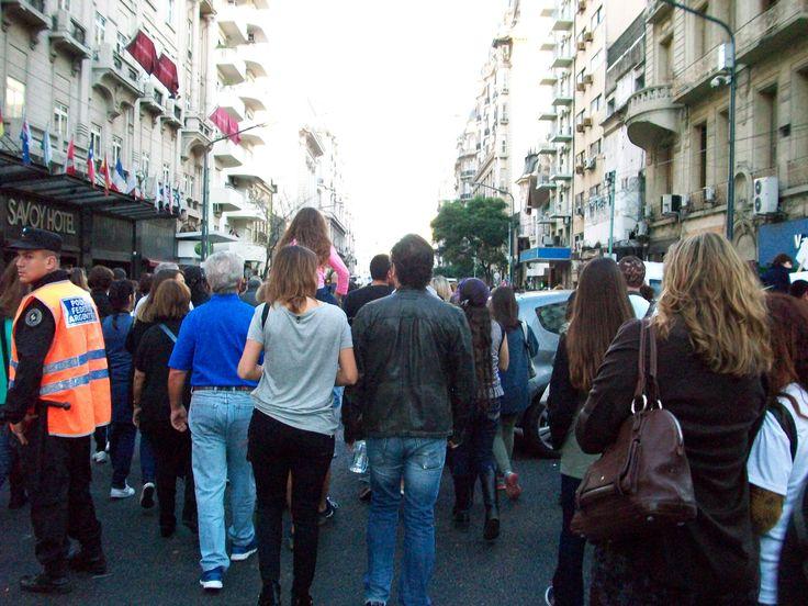 marchando hacia la plaza