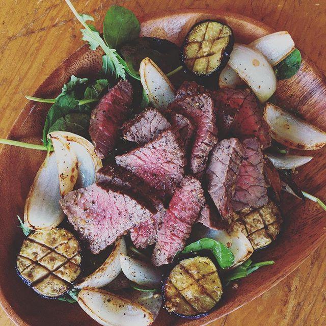 サラダ🥗  #肉サラダ #グリル #グリル野菜 #野菜 #牛肉 #サラダ #セロリ #肉 #玉ねぎ #ルッコラ #なす#オリーブオイル#ドレッシングも作った  #振る舞う相手がいない #料理 #cooking #料理上手くならないと