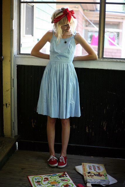 lichtblauw kleedje, rode accenten