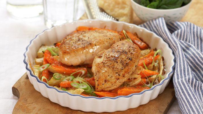 Søte rotfrukter, sprøtt ostedekke og saftig kylling er en topp kombinasjon! Som en variasjon kan poteter også bakes sammen med rotgrønnsakene.