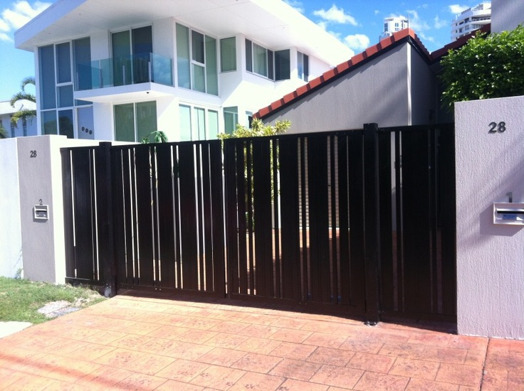 Sliding gate with vertical detail