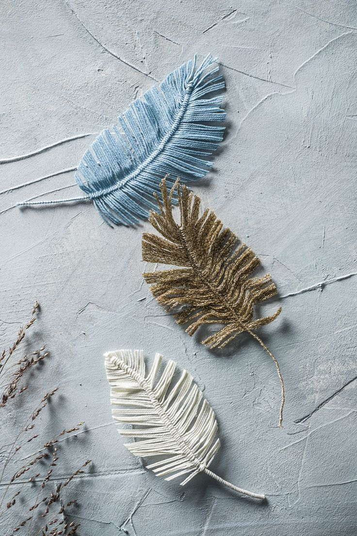 Yarn feathers www.panduro.com #DIY #easter #gold #fabric #påskris #påsk #fjädrar #twigs #fake