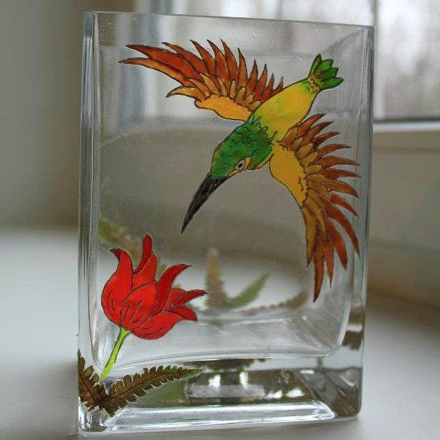 ваза с росписью и аппликацией; материалы: стекло, акриловые краски для сткла и керамики полупрозрачные, контуры для стекла и керамики, засушеный папоротник, закрепляющий лак. #vase #bird #flower #painting #glass #glasspainting #fern #hummingbird #handmade #art #ваза #роспись #птица #цветок #папоротник #колибри #хендмейд #interior #интерьер #декор