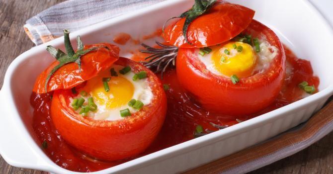 Recette de Œufs en cocotte de tomate allégée. Facile et rapide à réaliser, goûteuse et diététique. Ingrédients, préparation et recettes associées.