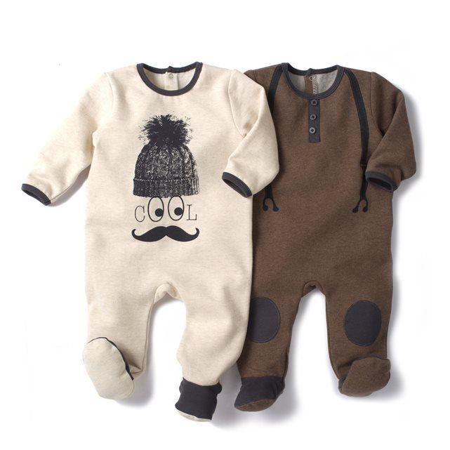 Pyjama met voetjes in molton 90% katoen, 10% polyester. Verkocht per 2, zo kan de één : in de was terwijl de andere gedragen wordt. 1 met ''trompe l'oeil'' print vooraan, knooppatje onder de kraag en geborduurde verstevigingen aan de knieën + 1 effen met animatie vooraan. Drukknopen op de rug en aan het kruisje om gemakkelijk aan en uit te trekken.  Antislip onderaan de voetjes vanaf 12 maand (74 cm), elastisch achteraan voor een betere steun - 32.98€