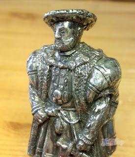 Valami érdekes: VIII. Henrik, Ón kisplasztika, fa talapzaton.