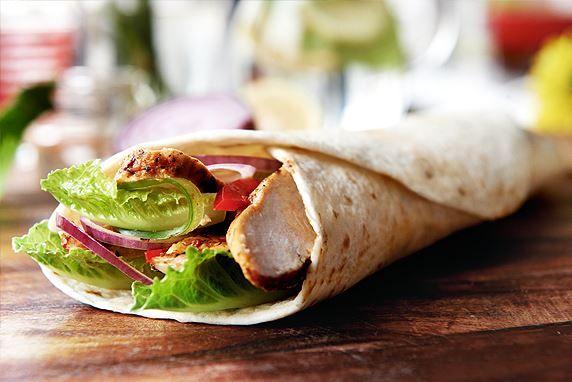Domowy fast food, czyli przepis na zdrowe i pożywne wrapy z kurczakiem. Wrapy są łatwe i szybkie w przygotowaniu i możesz zabrać je wszędzie ze sobą!