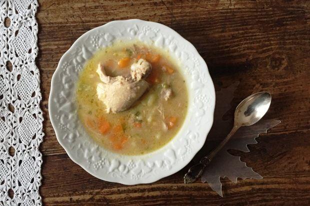 Μια παχουλή κοτόσουπα με μπόλικα ψιλοκομμένα λαχανικά, φρέσκα και αφυδατωμένα, είναι ό,τι πρέπει για τα πρώτα κρύα: θρεπτική, τονωτική, πεντανόστιμη. Και επιπλέον πανεύκολη, αφού βράζουμε όλα μαζί τα υλικά και στο τέλος προσθέτουμε ελαιόλαδο και χυμό λεμονιού.