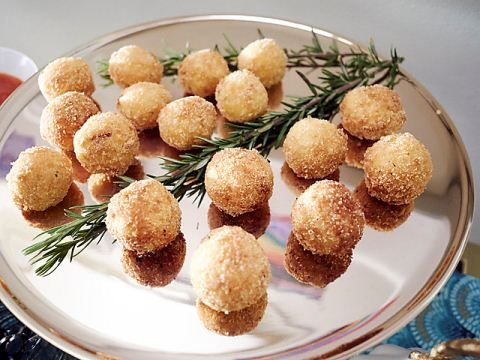 Friendsgiving Party : Giada De Laurentiis hosts a cocktail-style Thanksgiving celebration.