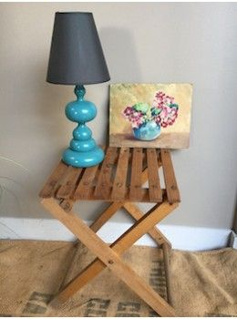 Ce petit tabouret pliant, entièrement en bois, est pratique comme siège d'appoint, mais il peut également jouer le rôle de bout de canapé ou de chevet ... il trouve sa place partout dans la maison ou ... le jardin ... ! L. 31 cm   l. 31 cm   H. 40 cm