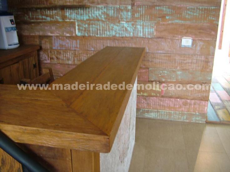 Balcão de Peroba Rosa de Demolição - ao fundo painel em tábuas de peroba rosa de demolição com tinta - www.madeiradedemolicao.com