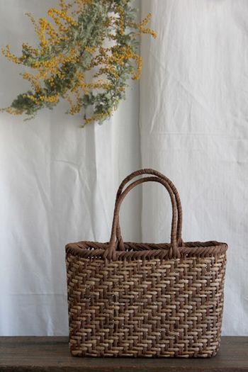 山ぶどうやアケビの蔓でしっかりと編み上げた籠は、丈夫でとても長持ちします。使うほどに馴染み、色つやも美しくなるので、ますます愛着が湧きますね。お買い物のエコバッグとしても、お弁当を入れてお出かけにも使いやすく、さりげないお洒落さがあります。
