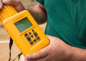 Bei Sanierungsarbeiten oder im Altbau kann ein Feuchtemessgerät ein praktisches Werkzeug sein und zum Beispiel Schimmelbefall verhindern. Finde die besten Geräte zum Messen von Feuchtigkeit in unserem Test.