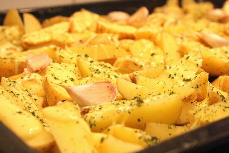Så var det den goda klyftpotatis i ugn som vi åt igår, och denna får ett eget blogginlägg. Hemmagjorda klyftpotatisar är hundra gånger godare än dessa som man kan se i frysdisken. 12- 15 potatisar 1/2 dl god olivolja 1 hel vitlök salt Örtkrydda Så härgjorde viklyftpotatis i ugn. Ställ … Läs mer