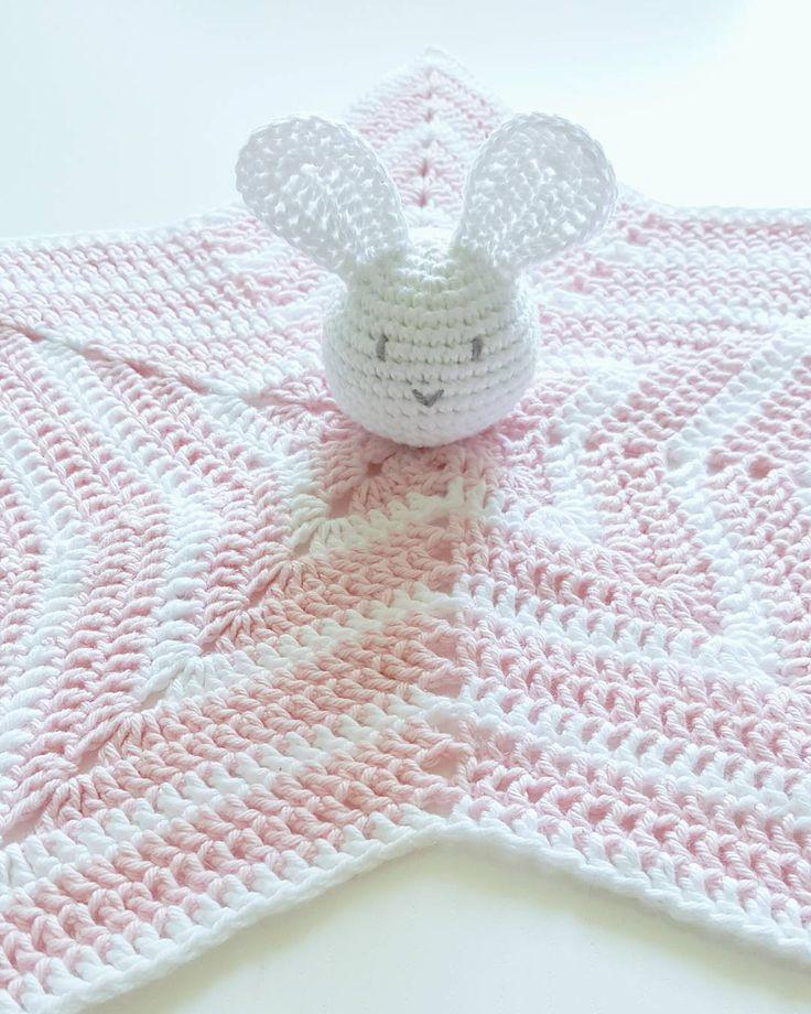 Liten kaninfilt till en liten tjej #crochetblanket#crochet#crocheting#handmade#homemade#bunny#bunnyblanket#crochetbunny#crochetstar#pink#babyblanket#star#virka#virkad#virkat#virkning#virkadkanin#virkadsnutte#virkadfilt#virkadbebisfilt#crochetbabyblanket#stjärnfilt#virkadkaninfilt#kanin#hantverk#handgjord#madewithlove by eemilyisabella