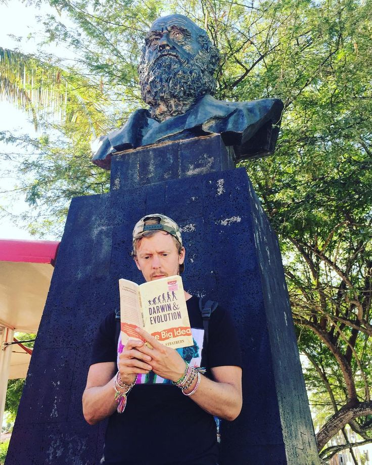 Taking a moment to read a book on Charles Darwins Theory of Evolution in front of a statue of the man himself 🐠🌎🌅 #charlesdarwin #evolution #statue #reading #history #science #isabelaisland #galapagos #islands #ecuador #southamerica #2lostbuffaloes