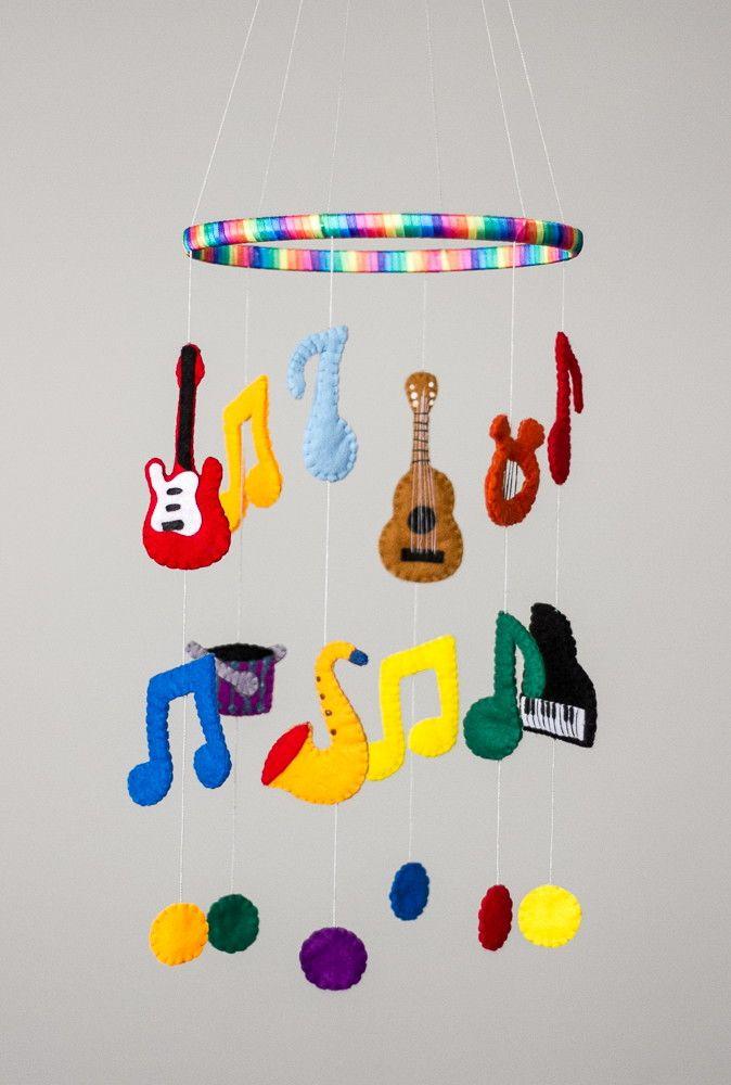 Mobile em feltro com tema musical  Composto por seis instrumentos musicais e notas musicais diversas.  Consulte para outros temas. Confira aqui http://mundodemusicas.com/lojas-instrumentos/ as melhores lojas online de Instrumentos Musicais.