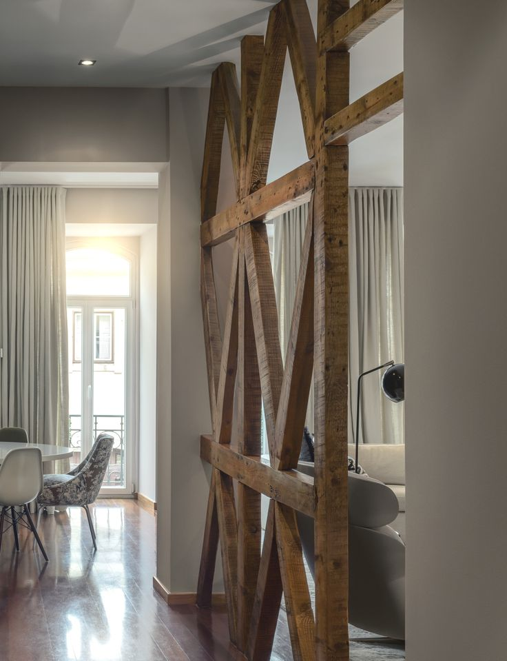 This wood partition with the criss-cross beams is a rather unexpected element but, at the same time, it seems to fit naturally in the décor.