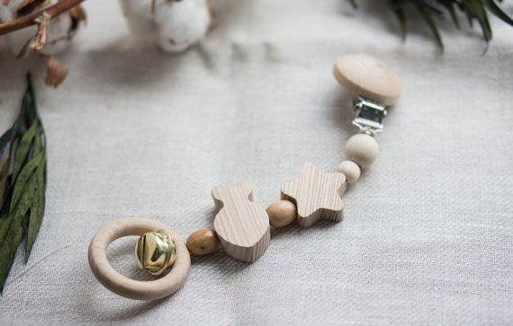 Il nostro eco Fish è una clip non verniciata sul giocattolo fatto di legno massello di faggio, tiglio, ginepro. È ideale per culle e carrozzine, funziona come decorazione, Massaggiagengive e sonaglio. Il giocattolo di pesce ha un anello con jingle bells che è facile da afferrare e sicuro da masticare. Il giocattolo ha una clip ferma che è coperto con tappi di plastica per proteggere la superficie della carrozzina o culla.  Lunghezza: 20-25 cm Diametro delle parti: da 1 a 4,5 cm  Materiali…