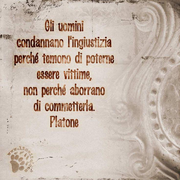 """La lettura delle sentenze classiche non fa che confermarmi la loro lungimiranza... purtroppo :(  """"Gli uomini condannano l'ingiustizia perché temono di poterne essere vittime, non perché aborrano di commetterla."""" Platone  #platone, #classici, #uomini, #ingiustizia, #timore, #italiano, #graphtag,"""