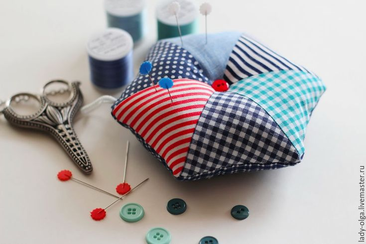 Idea for a great use of your small scraps. Pincushion with triangles, free tutorial #scraps #easy #triangles #pincushion #diy #free tutorial #красный #blue #мастер класс #идея из лоскутов