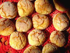 Broinhas de fubá 2 xícaras de fubá de milho amarelo (ou branco); 1,5 xícara de polvilho doce (usei a mesma quantidade de tapioca); 3,5 xícaras de leite; 1 xícara de açúcar; ½ xícara de óleo; 1 colher (sopa) de erva-doce; ½ colher (chá) de sal; 5 ovos pequenos; 1 colher (sopa) de fermento em pó; Fubá (para polvilhar).
