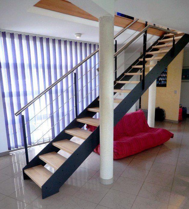 Escalier design à limon métal et bois droit garde corps inox et metal