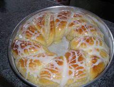 Ingredientes: 50 g de fermento de padaria; 2 copos de requeijão de leite morno; 3 ovos; 1 copo de óleo (faltando um dedo para encher); 1 pitada de sal; 7 colheres de