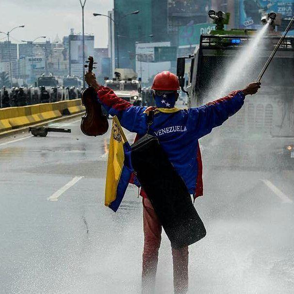 """El """"violinista de las marchas"""" contra Nicolás Maduro fue detenido el jueves por militares durante una movilización en Caracas denunció una ONG defensora de derechos humanos.  Wuilly Arteaga de 23 años sigue recluido este viernes en una sede del comando de la militarizada Guardia Nacional en El Paraíso (oeste de la capital) señaló en un mensaje en Twitter Alfredo Romero director ejecutivo de Foro Penal.  #Foto Archivo / AFP  #Noticias #Venezuela #Caracas #WuillyArteaga"""