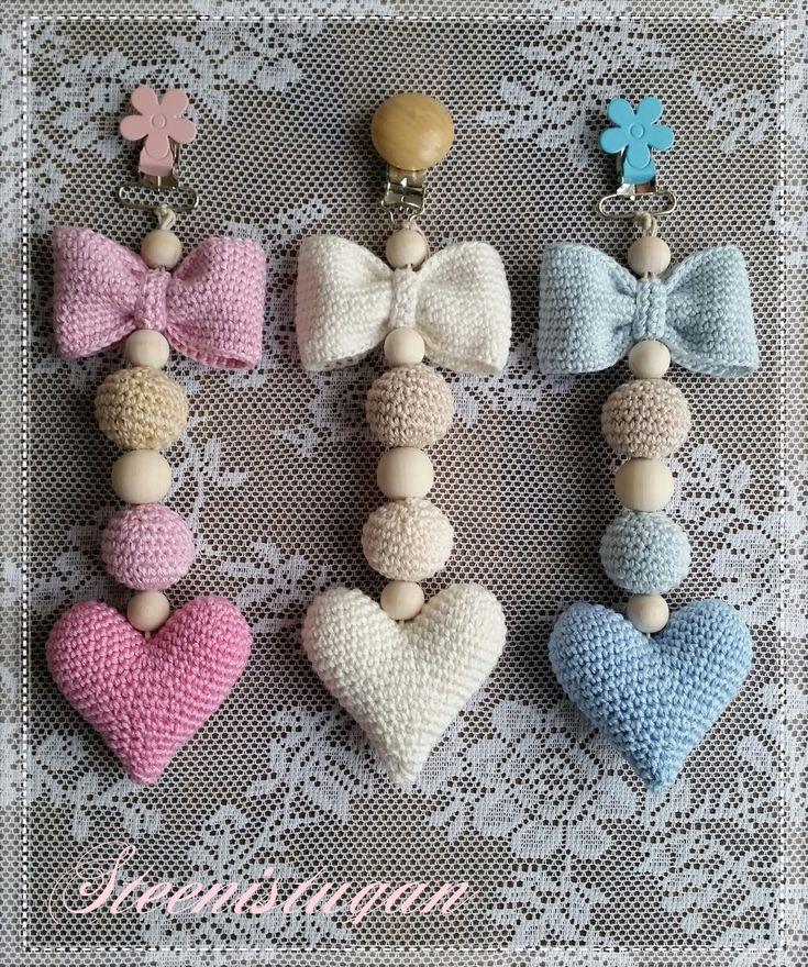 Då har jag gjort färdigt ännu ett bebisprojekt. Denna gången ett barnvagnshänge med rosett, bollar och ett hjärta. Hänget är virkat i C...