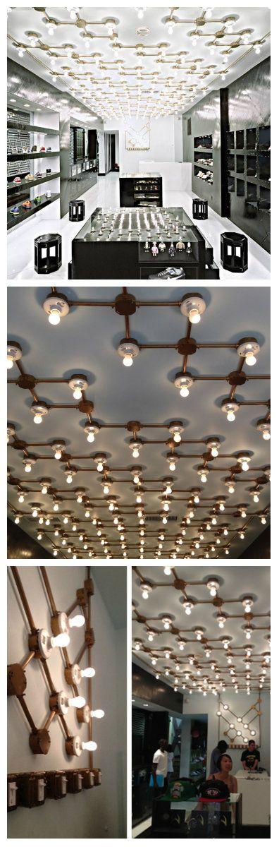 Филадельфия, прекрасный город, который насыщает новыми впечатлениями. Одно из таких впечатлений, это необычный интерьер магазина спортивной обуви UBIQ. 1000 и 1 лампочка, так захотелось назвать это волшебное зрелище. Правильное и четкое плетение из металла по потолку, обильно усеяно светодиодными светильниками в форме обычных ламп накаливания.