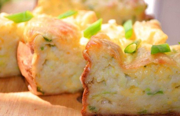 Výborný, vláčný cuketový dort s jarní cibulkou a sýrem. Super volba na snídani nebo rychlý oběd.