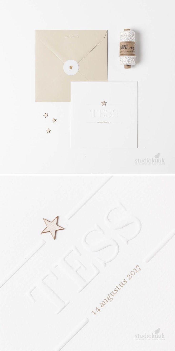 Minimalistisch geboortekaartje voor meisje met houten ster en #embossing of #preeg. Hierdoor voel je haar naam op de voorkant van het #geboortekaartje.
