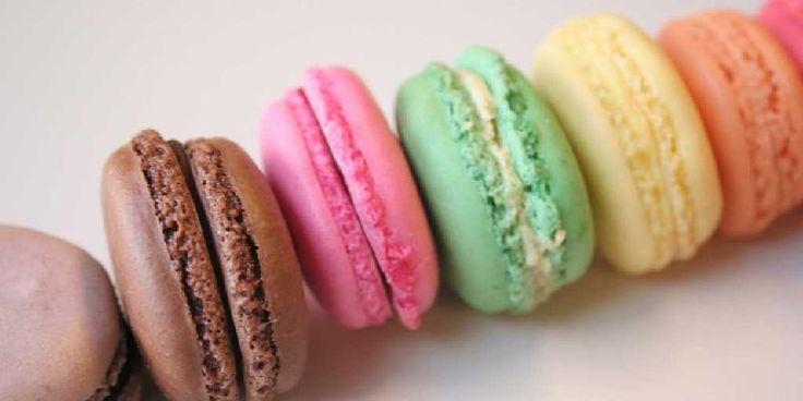 Disse populære småkakene fra Frankrike er som godteri å regne, og anbefales på det sterkeste! Og husk: Du vet du har lykkes når makronene er sprø utenpå og seige inni.