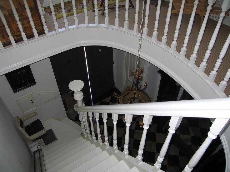 Klassieke houten trap met ronde balustrade | hekwerk van gedraaide spijlen | meester in trappen