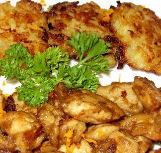 Barnasörös csirkeragu almás-sajtos rösztivel