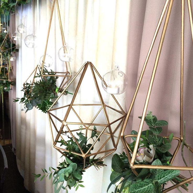 Любите ли вы непонятные штуки так, как любим их мы!?!) весенние свадьбы всегда особенно трепетные и легкие ..,,, и зеленые)))💚🍀🍃🍃🌳🌲🍀🍏✅