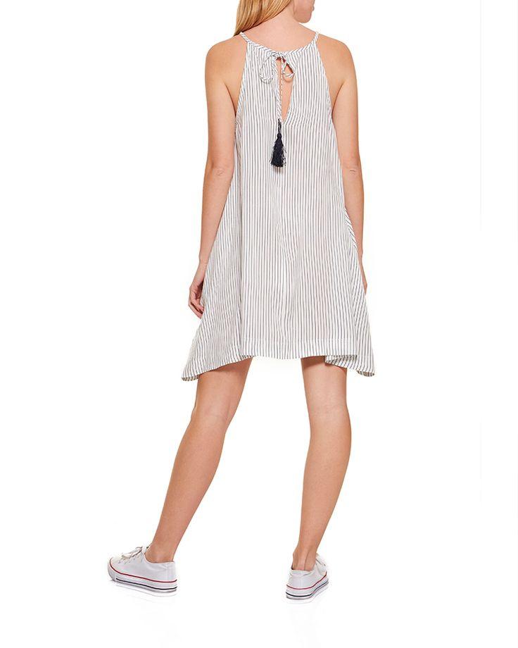 Φόρεμα με ρίγες σε χαλαρή γραμμή. Halter λαιμόκοψη. Δέσιμο με κοδόνι στην πλάτη.  Χρώμα: Marine-White Σύνθεση: 100% βισκόζη Ύψος μοντέλου: 175cm