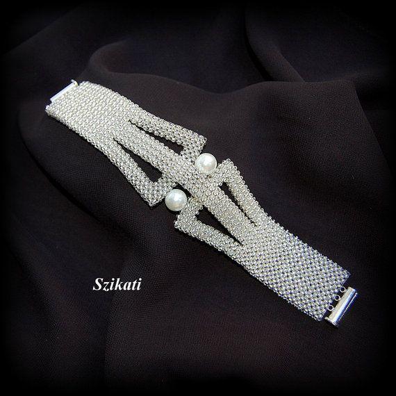 SPEDIZIONE GRATUITA!!!  Questo braccialetto elegante uno-di-un-tipo beadwoven ha unassoluta forma originale e accattivante e un design con una meravigliosa combinazione di perle e scintillante argento-rivestito traslucido Rocailles.  Lunghezza: 7,8 pollici (19,5 cm) Larghezza: 1 pollice (2,5 cm) - 1,6 pollici (4 cm) in mezzo Chiusura: chiusura serratura magnetico scorrevole  Materiali: -10 millimetri perla -argento foderato traslucido semi ceco tallone  Tecnica: tessere 3D angolo retto (3D…