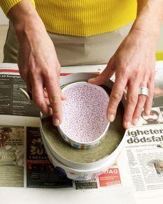 Att gjuta egna påskägg i betong är lätt som en plätt. Här visar Lands pysselexperter Sania Hedengren och Susanna Zacke hur du gör påskens finaste ägg, både stora som små.