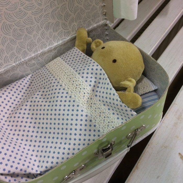 Mjuk docka nerbäddad i en kappsäck