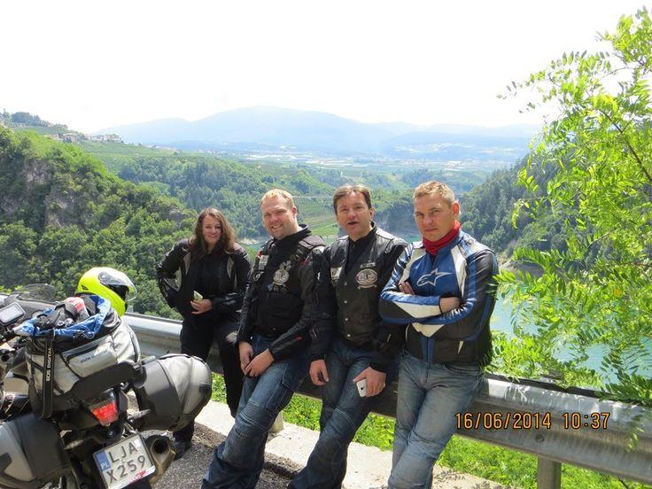 Wyprawa na 4 motocyklach na alpejskie przełęcze 13 – 18 czerwca 2014. Poniżej skrócony roadbook: Dzień pierwszy: Janów Lubelski do Salzburga 1000 km Dzień drugi: Salzburg do Bruck i zaczynamy zabawę. Wjeżdżamy na lodowiec -Grossglockner Hochalpenstrasse do Winklern (160 km), dalej Lienz, Huben i przełęcz StalIer Sattel do Brunico (100 km). Z Brunico do Vipiteno