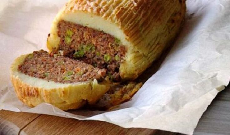 ΠΑΝΕΥΚΟΛΟ Ρολό κιμά με επικάλυψη πουρέ πατάτας Δείτε την σούπερ συνταγή…  Ένα Ρολό κιμά που θα...