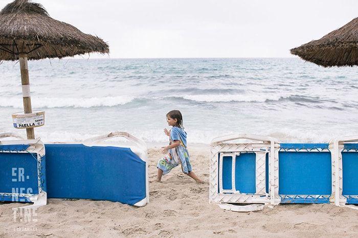 Photo sur la plage de : Ernestine et sa famille