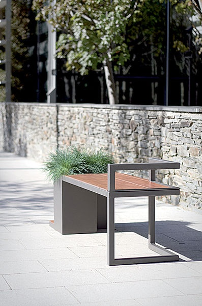 Hedera Bench in wood and galvanized metal with a hot lacquered steel flower box.