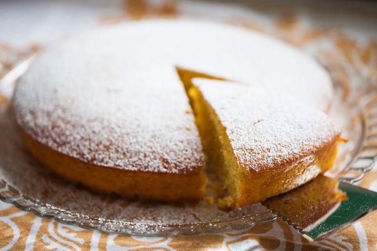 Setaccia la farina assieme al lievito, unisci lo zucchero.Apri un baccello di vaniglia e prelevane i semi: quella specie di pece nera appiccicaticcia...
