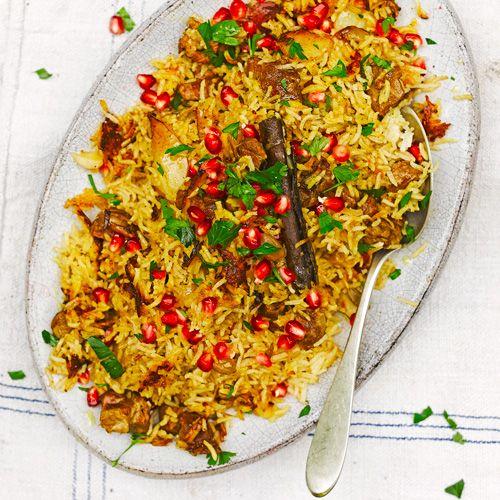 Dit rijstgerecht zit bomvol smaken en texturen. Proef het zachte lamsvlees, de korrelige rijst en zure granaatappelpitjes. Een waanzinnig superfood gerecht!    1 Verhit 1klont boter in een pan met dikke bodem enfruit de uiringen. Voeg...