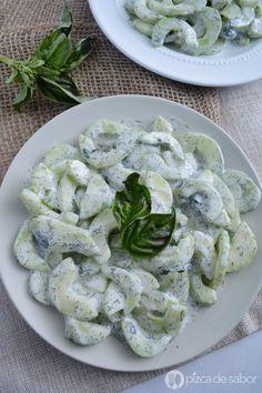 Ensalada de pepino, una receta con 5 ingredientes y facilísima de hacer. Queda súper cremosita y riquísima, ideal para comer sola o como guarnición fresca.